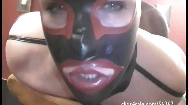 Keri, une video film porno francais voisine aux gros seins, donne une branlette en POV à une fausse bite