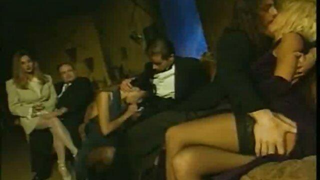 Deux salopes blondes un film porno en français sexy jouent l'une avec l'autre